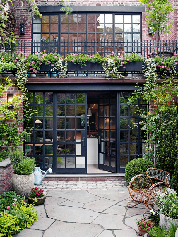 Townhouse In Traditional Avant-Garde Decor - Decoholic on Townhouse Patio Ideas  id=91304