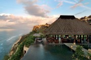 BULGARI HOTEL & RESORT / BALI Las villas del Bulgari Bali se asoman a un acantilado a 150 metros sobre del Océano Índico, al que se puede bajar en ascensor. En total 59 cabañas a todo lujo (y desde unos 900 euros la noche), para La prestigiosa marca de lujo tiene varios negocios relacionados con la hostelería: un hotel en Milán (todo un clásico de la Semana de la Moda), unas cabañas en Bali, restaurantes en Tokio y un alojamiento en Londres que abrirá esta primavera.