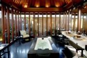 BULGARI HOTEL & RESORT / BALI, INDONESIA Una bañera con vistas.