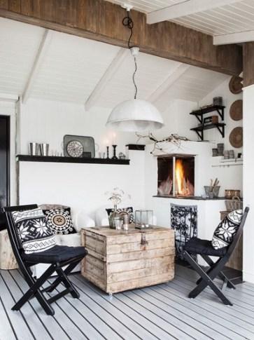 """En esta buhardilla se aprovecho una esquina del salón para ubicar este pequeño office, la mesa se resolvió con un antiguo baúl rustico acompañado por dos sillas plegables, por la paleta de tonos elegidas y los materiales utilizados podemos decir que es de """"estilo náutico"""""""
