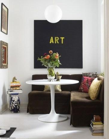 """Con un sillon en """"L"""" tapizado en pana y una mesa del diseñador Jacobsen se logro este espacio cálido y moderno. La pizarra en la pared aporta el toque personal necesario en este tipo de ambientes."""