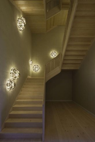 Ornamentación con juego de luces, diseño de Olafur Eliasson, en la escalera