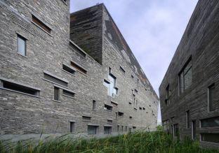 El edificio del Museo Ningbo, de diseño asimétrico, mide 144 metros de largo, 65 de ancho y 24 de alto.