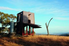 Camping permanente en Mudgee, Nueva Gales del Sur (Australia), diseñado por Casey Brown. Un alojamiento de cobre de dos pisos que en su interior se sirve de hierro reciclado como material. El agua se recoge del techo y tanto arriba como abajo hay aperturas de ventilación que hacen que el aire corra. PENNY CLAY