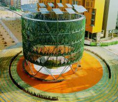 """Proyecto de Belinda Tato y su equipo, Ecosistema Urbano, en el Eco bulevar de Vallecas, en Madrid. El planteamiento es que en el interior de la instalación hay una evapotranspiración de las hojas que genera un frescor en el aire. """"Ese microclima creado busca llamar la atención como espacio bajo el que la gente se reúne y los niños juegan, o se ve un partido en una pantalla"""", según Belinda Tato. """"El proyecto es una apuesta por el espacio público como lugar de encuentro, que es la esencia de la ciudad compacta, la ciudad mediterránea"""". EMILIO P. DOITZUA"""