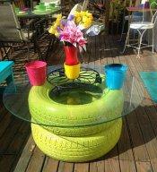 Dos neumáticos, pintura y un cristal se convierten en una mesa de jardín