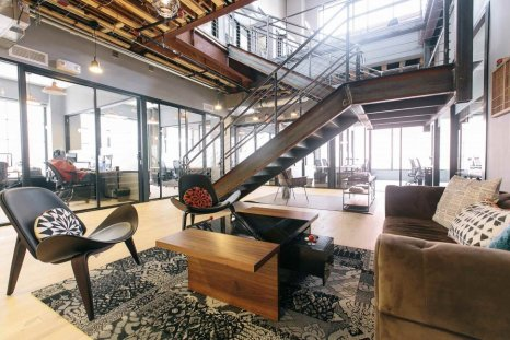 Wework Esta empresa se dedica a brindar espacios de trabajo para cualquier comunidad, servicios para emprendedores, startups y pequeñas empresas. Las fotografías siguientes son de su sede en Washington.
