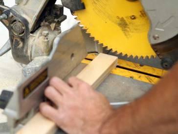 Con un pequeño pedazo de madera, debes medirlo para que sea del mismo largo que la mesa. Luego debes cortar otro pedazo del mismo largo y tamaño porque servirá para afirmar la mesita de luz.