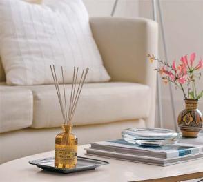 9- No olvidarse de los aromas. Forman parte importante de la decoración e invitan a disfrutar del ambiente. Se pueden hacer presentes colocando velas aromáticas, cuyos colores también estén engamados. No hay nada más personal que el aroma de una casa.