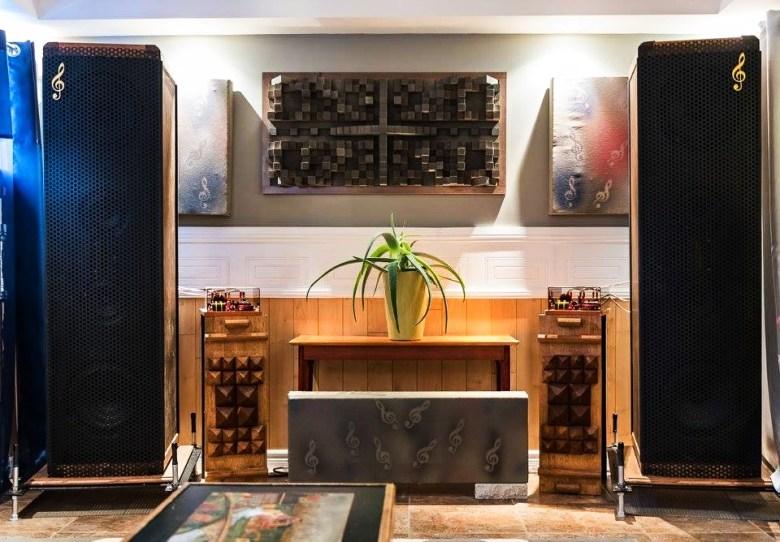 speaker en bois et mosaïque en bois