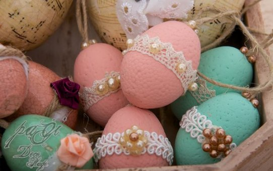 Ostereier und Dekorationen