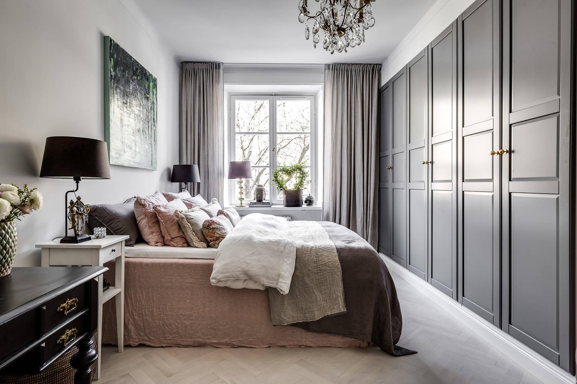 спальня кровать подушки шкаф прикроватный столик
