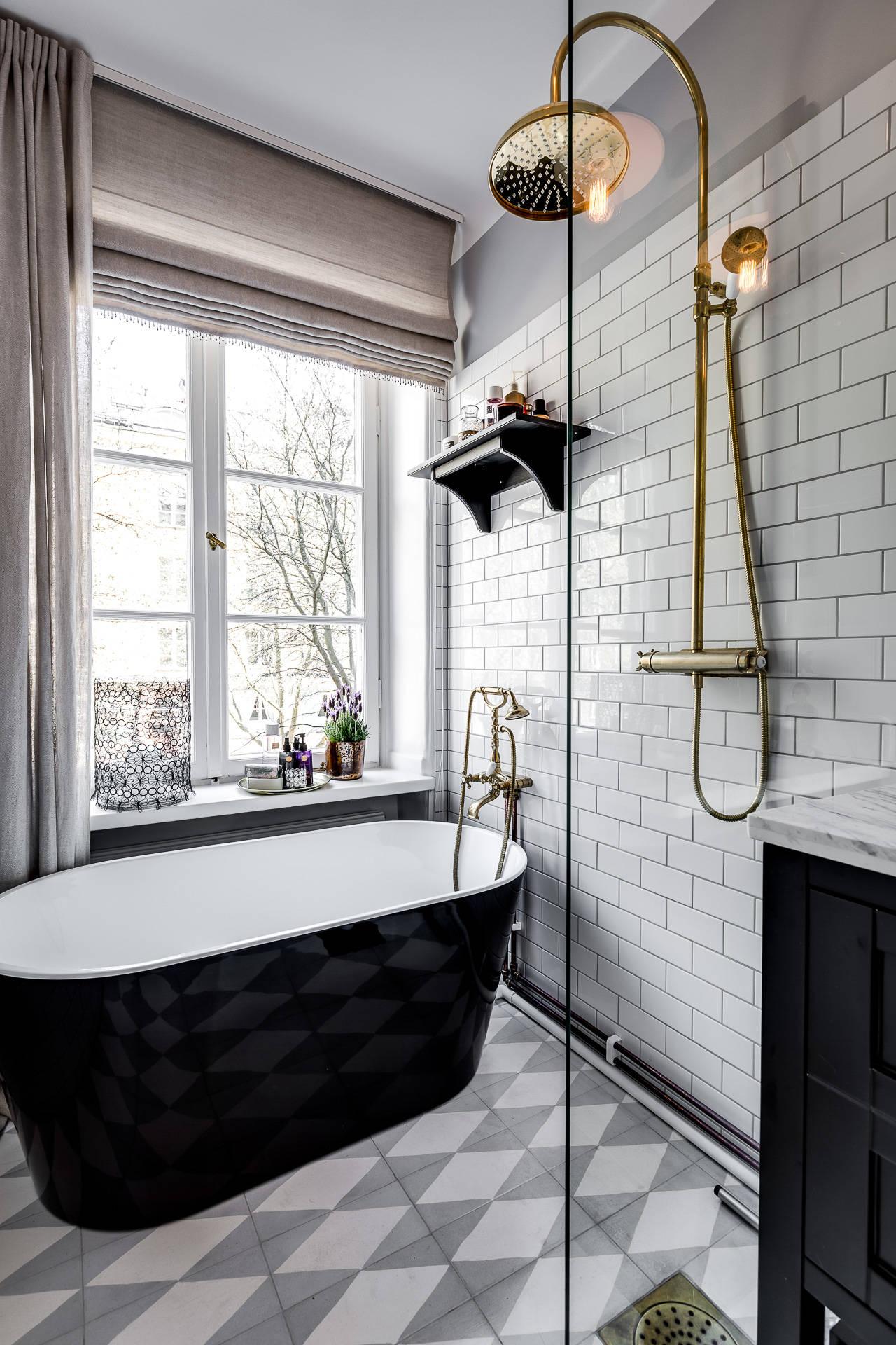 ванна душ окно белая плитка