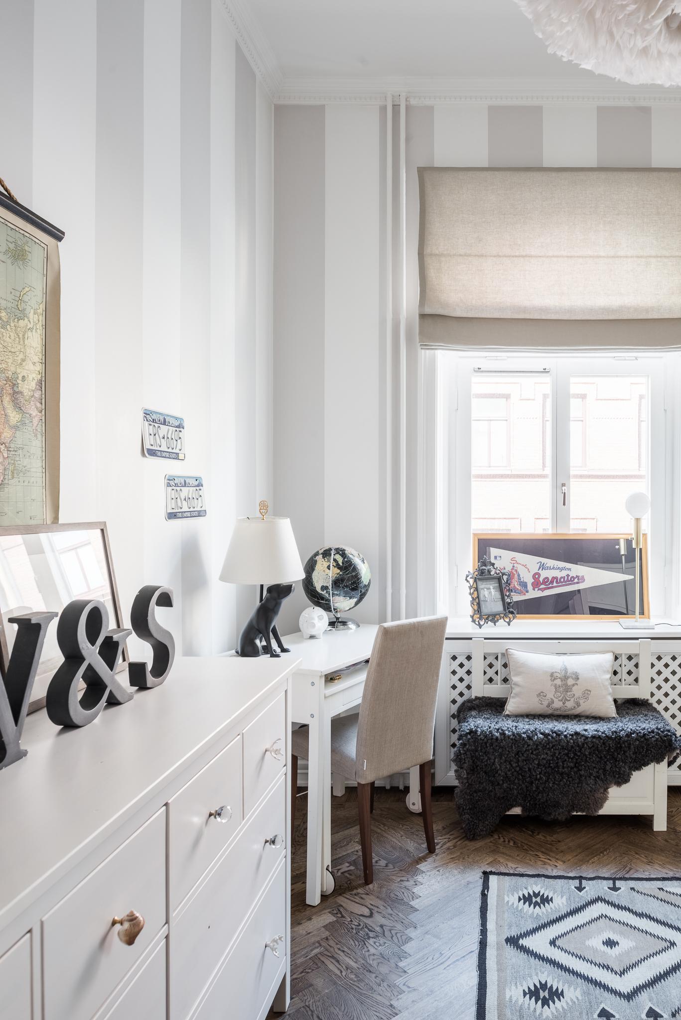 детская комната карты комод столик глобус