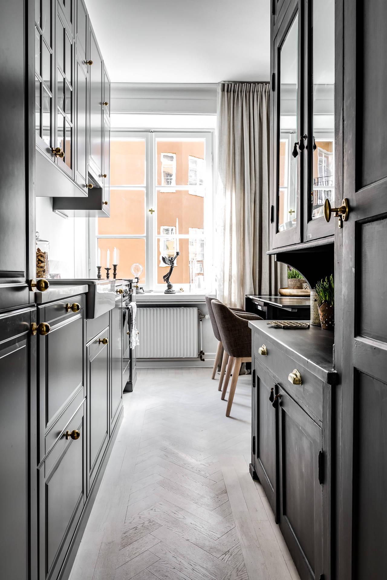 кухня темная мебель