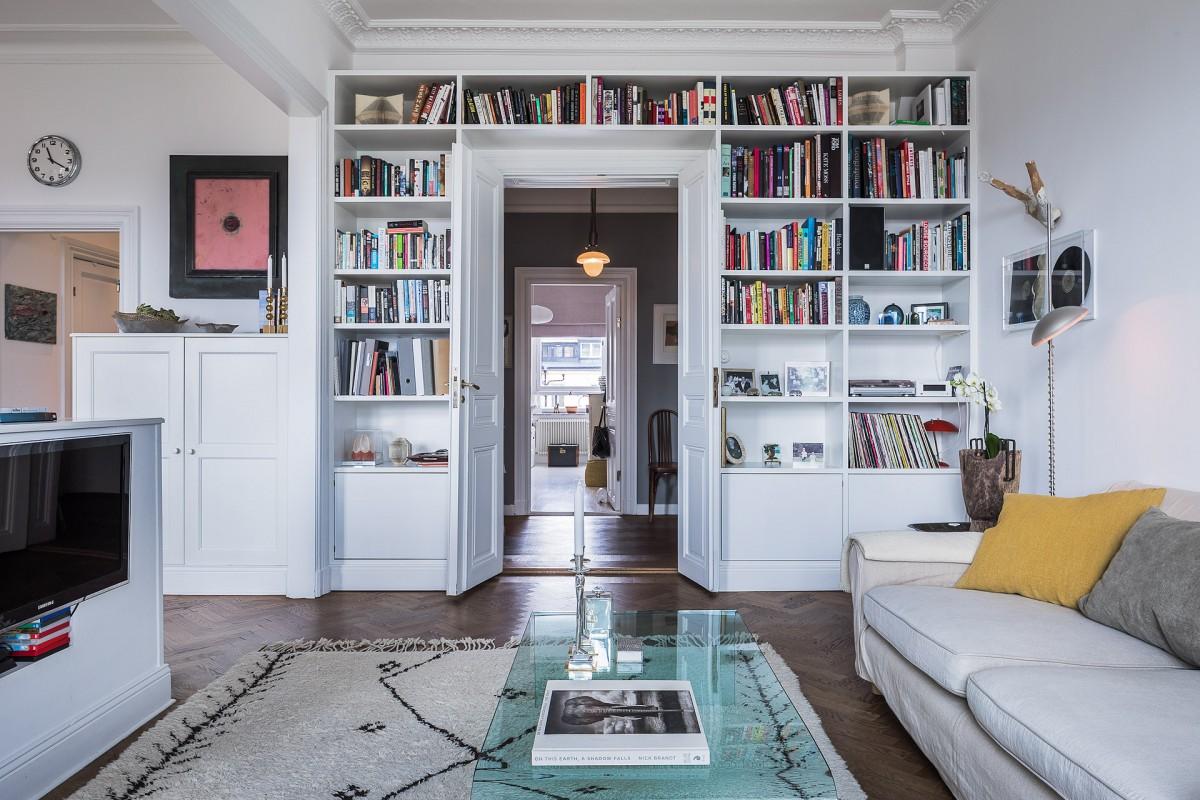 книги в гостиной