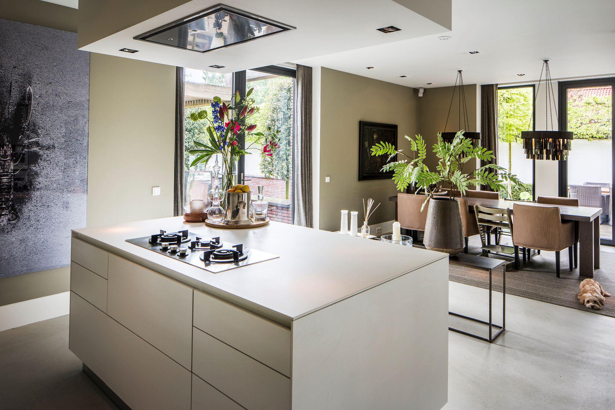 кухонный остров с плитой и вытяжкой