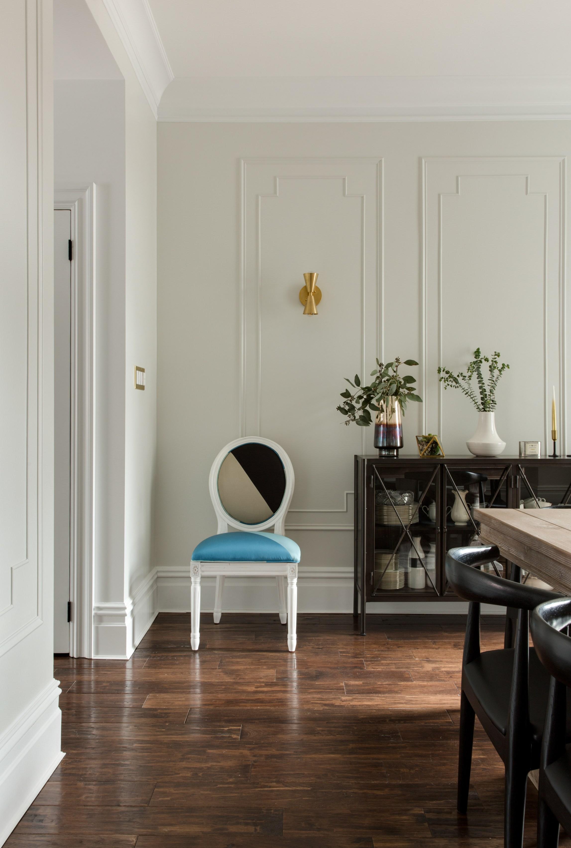 стул и комод в столовой молдинги на стенах