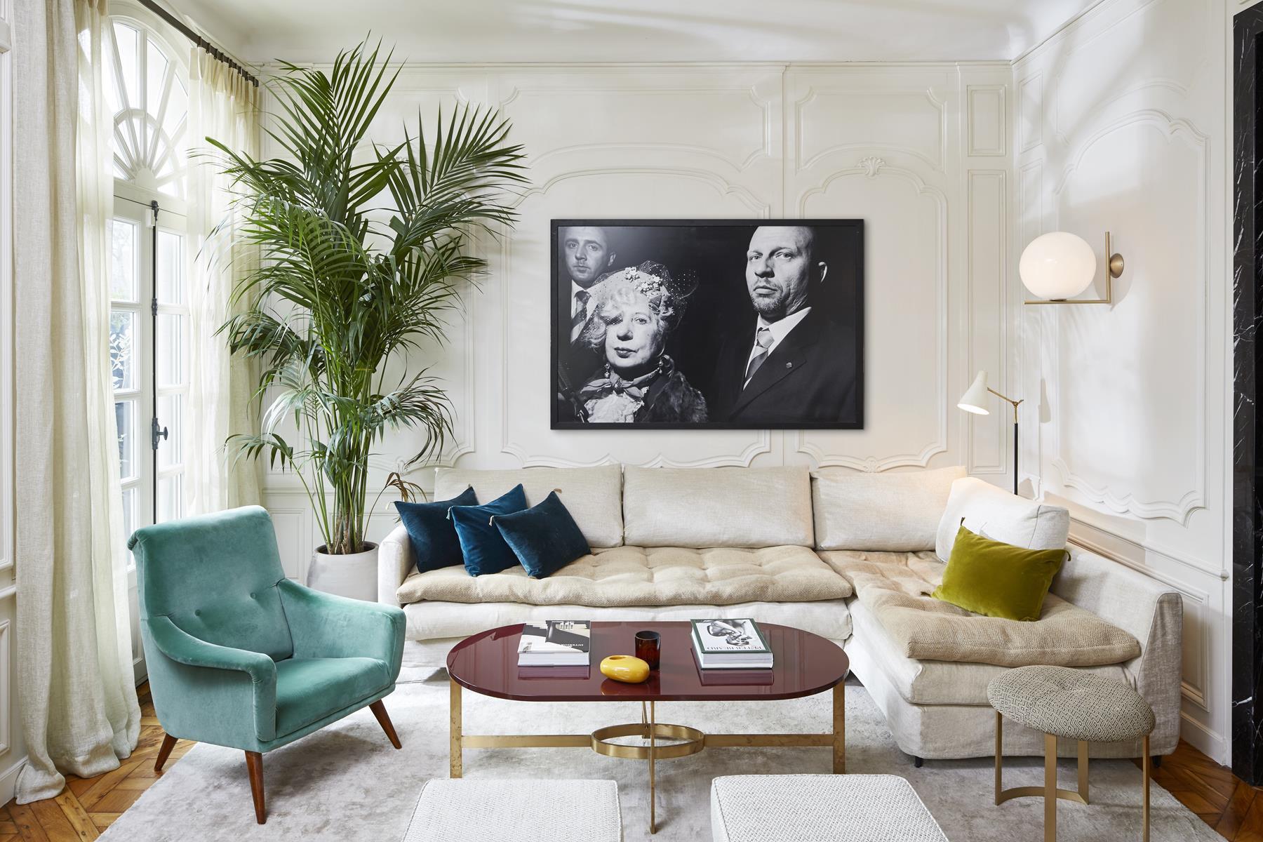 гостиная диван молдинги комнатное дерево