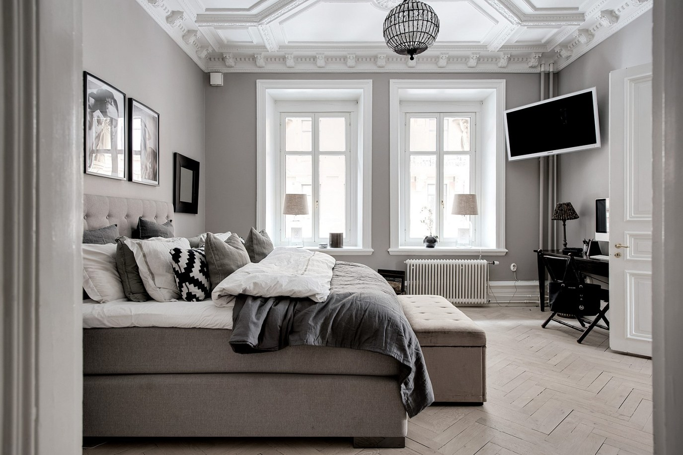 окна в спальне кровать изножье скамья телевизор