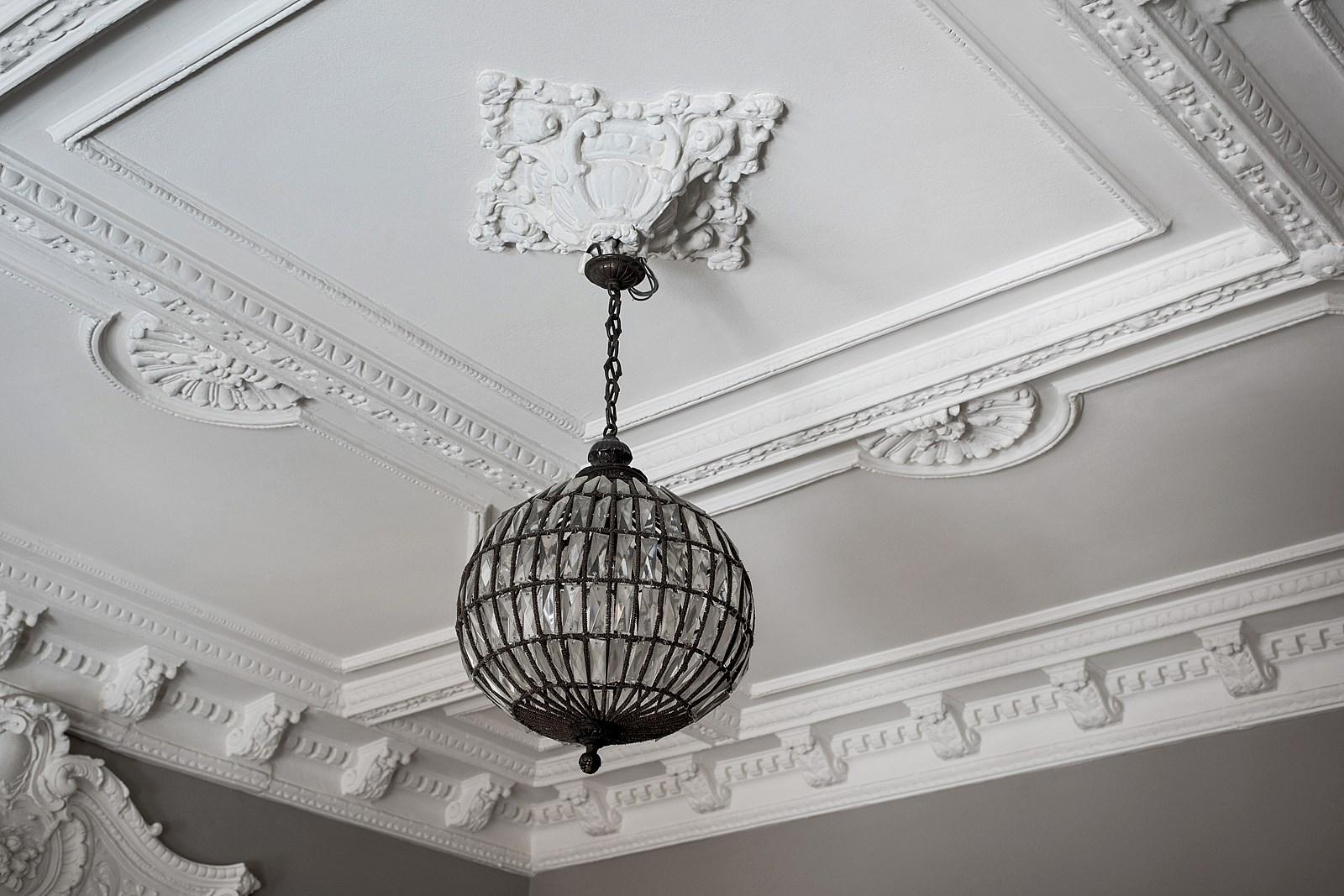 подвесная лампа лепнина потолок