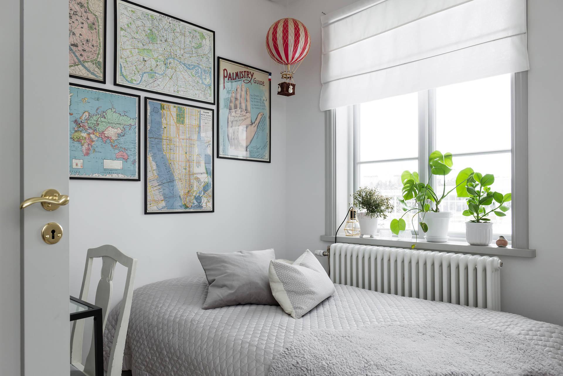 кровать стена карты