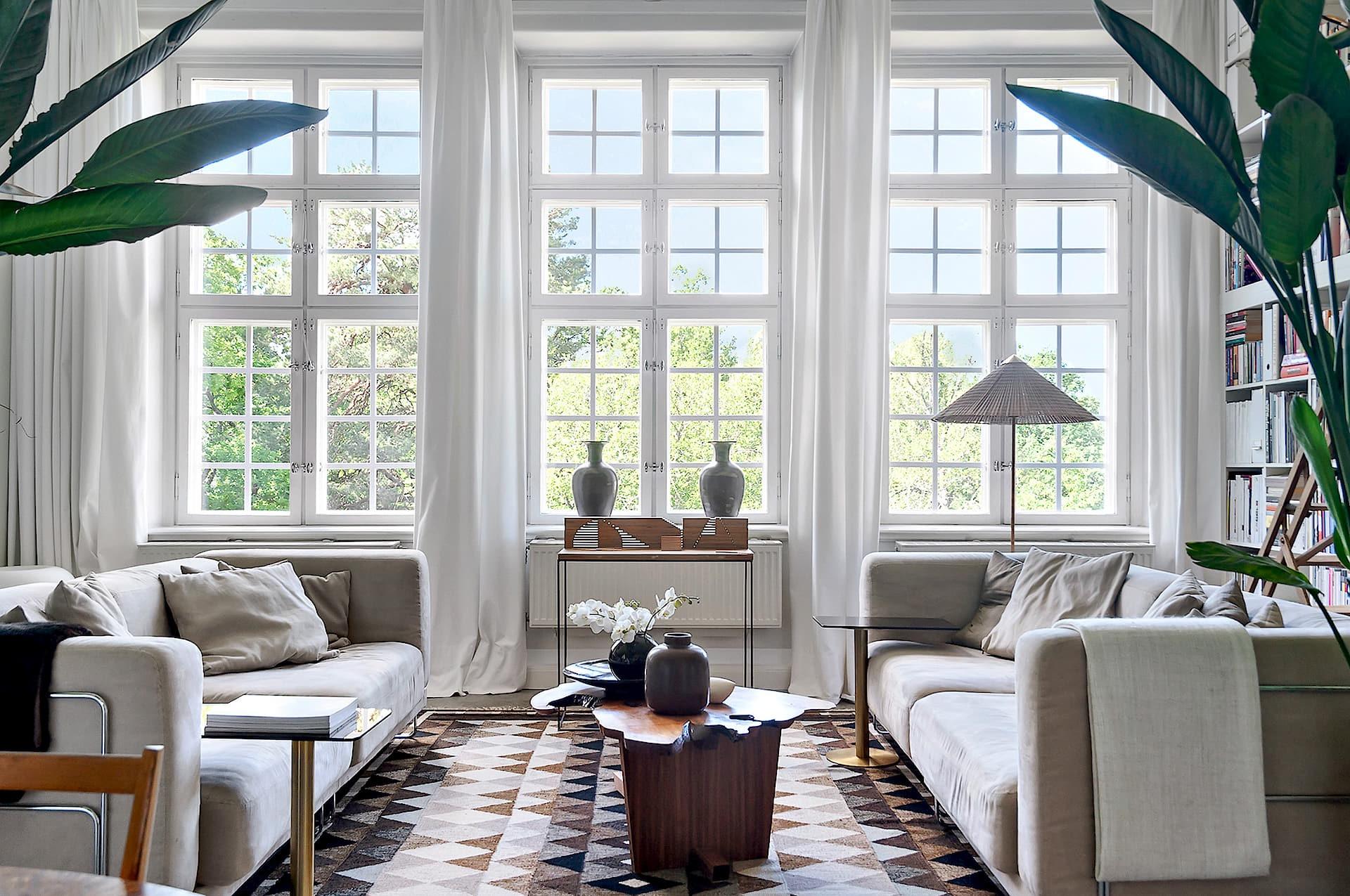 гостиная большие окна диваны столик