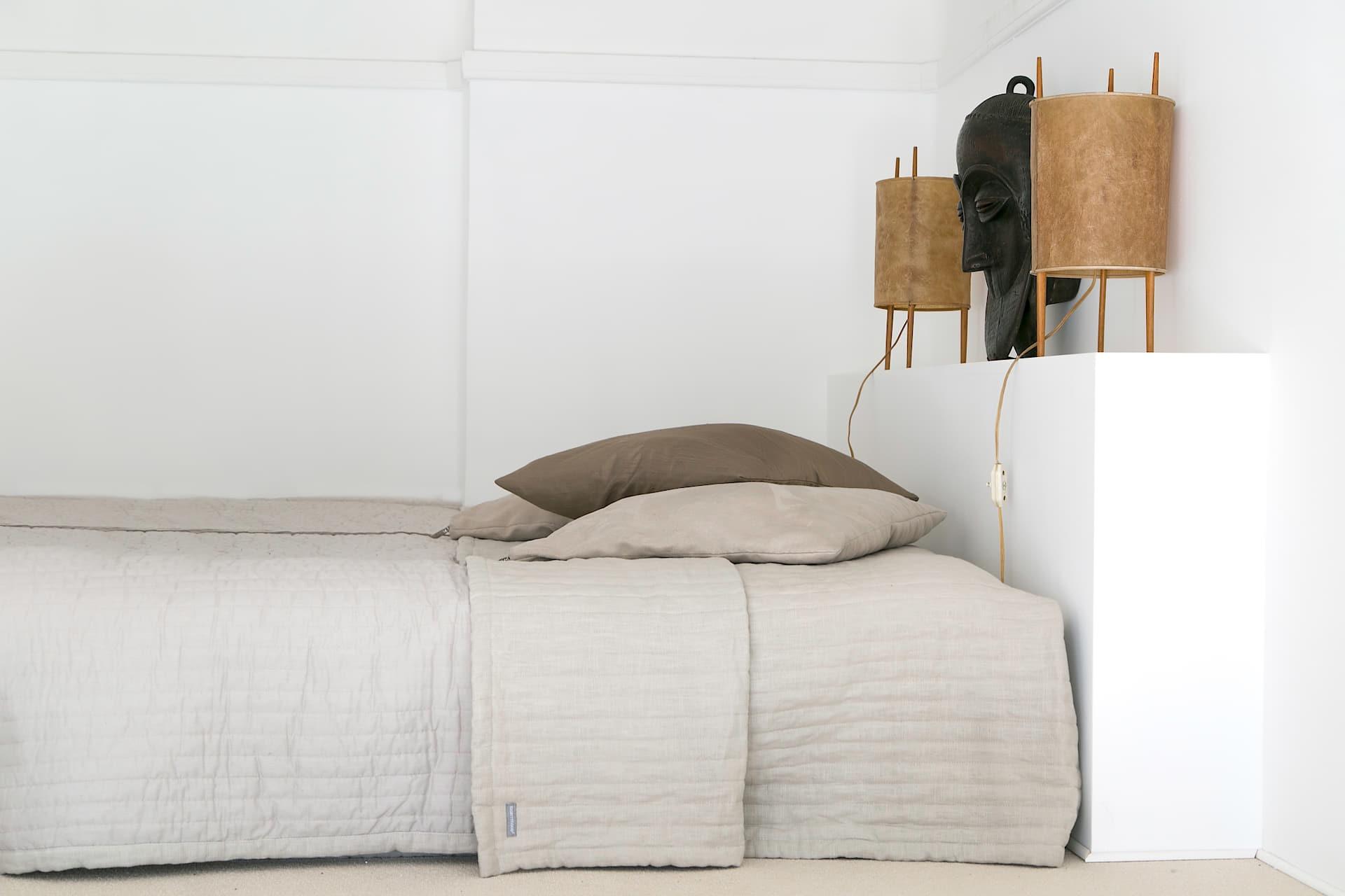 кровать изголовье лампы