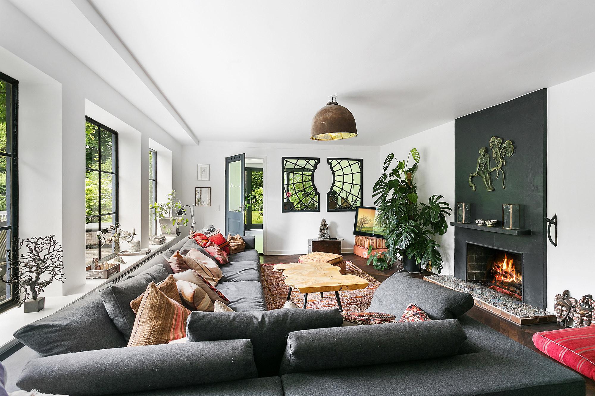 гостиная диваны подоконник камин