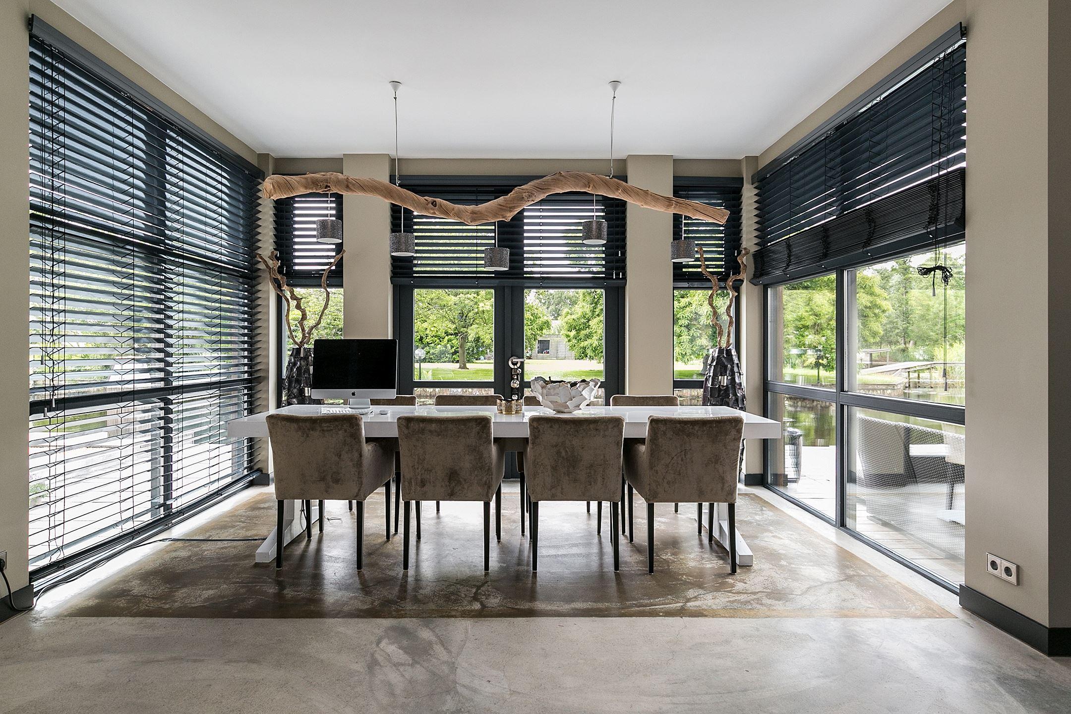 панорамное остекление столовая стол стулья окна жалюзи
