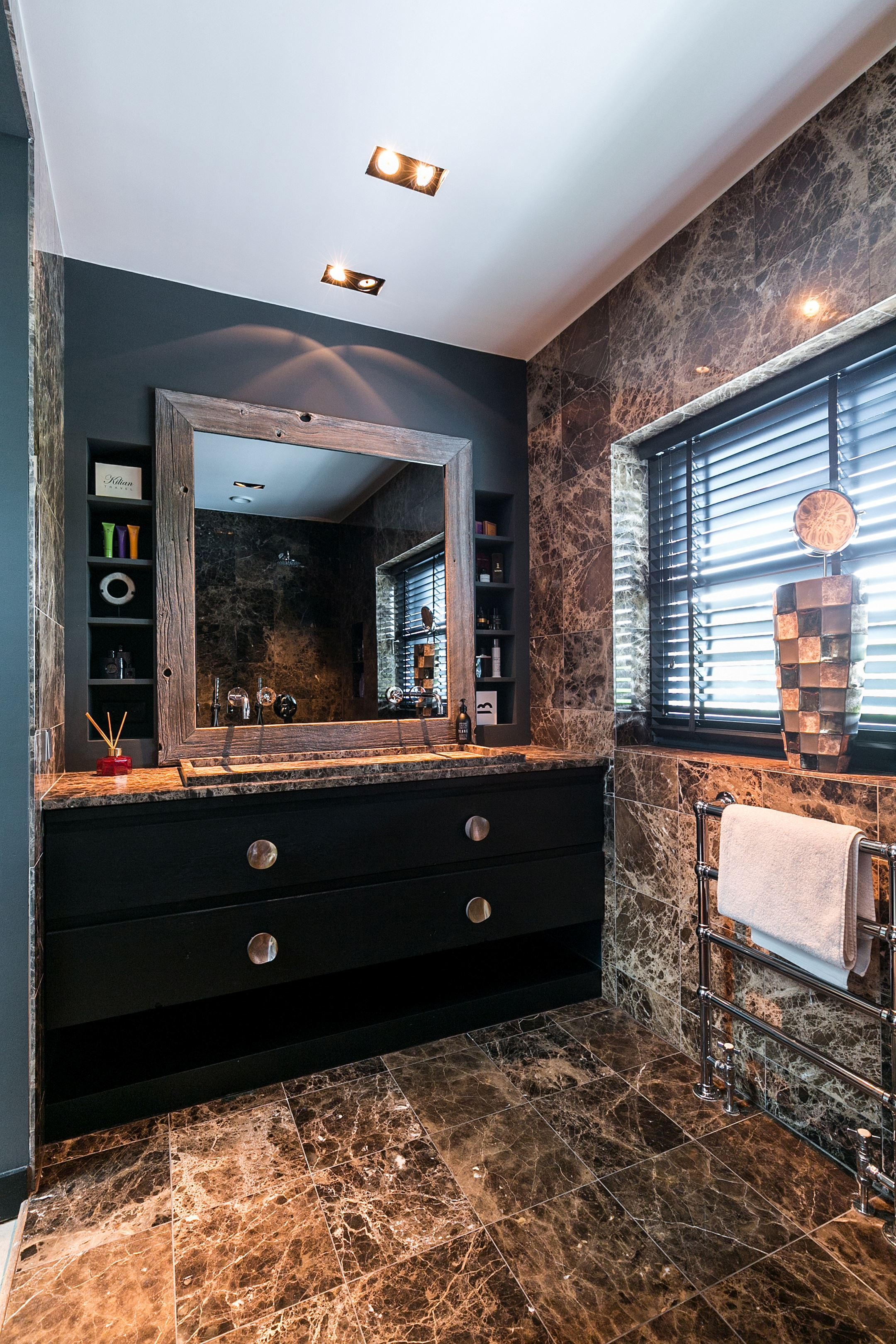 ванная комната окно раковина зеркало мрамор