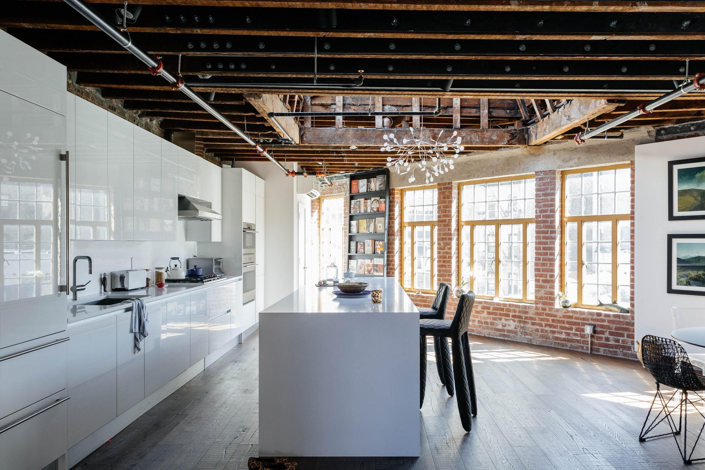 белая кухня кирпич кухонный остров балки окна