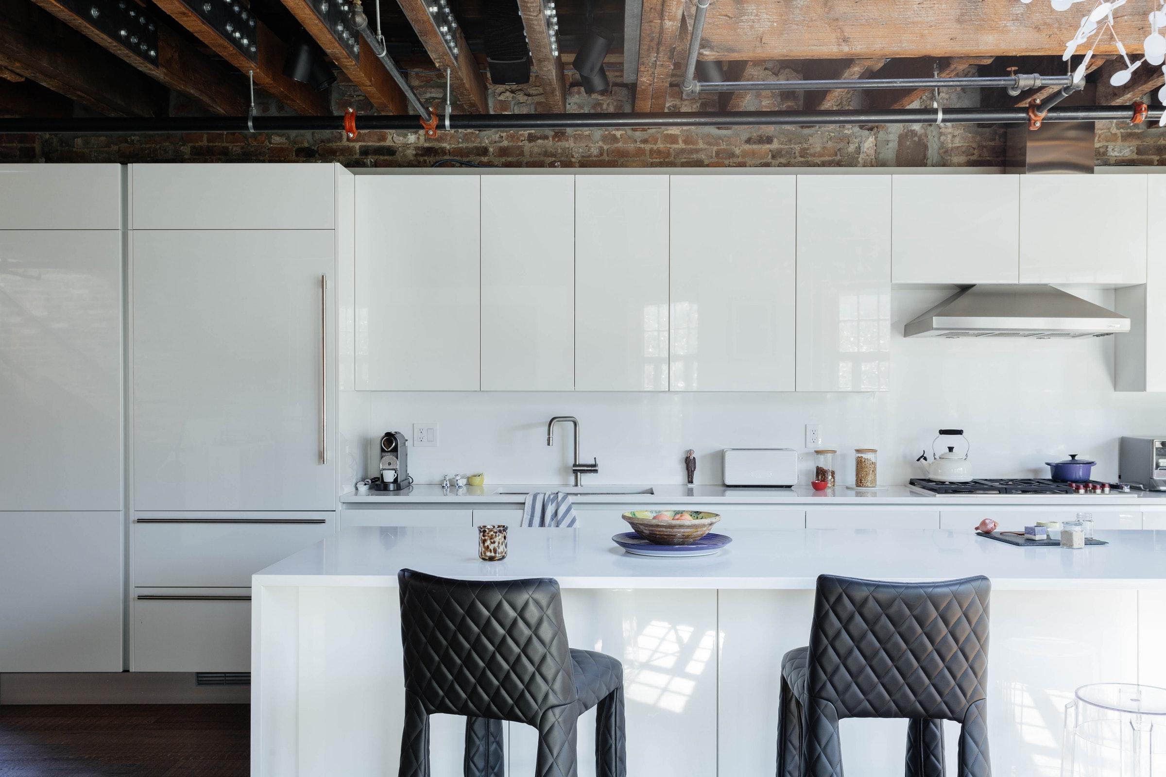 белая кухня остров стулья балки