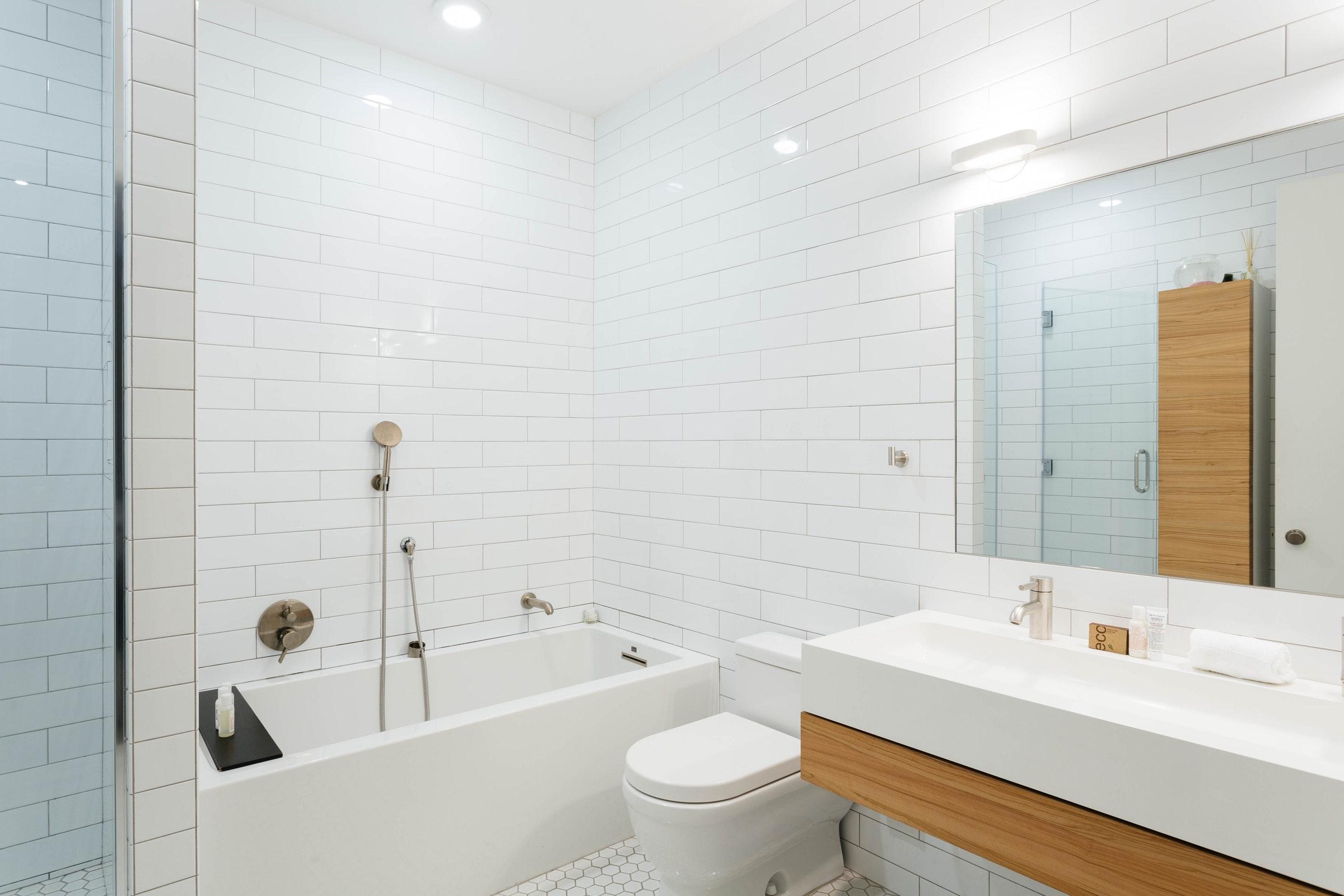 ванная комната белая плитка кабанчик раковина зеркало душ