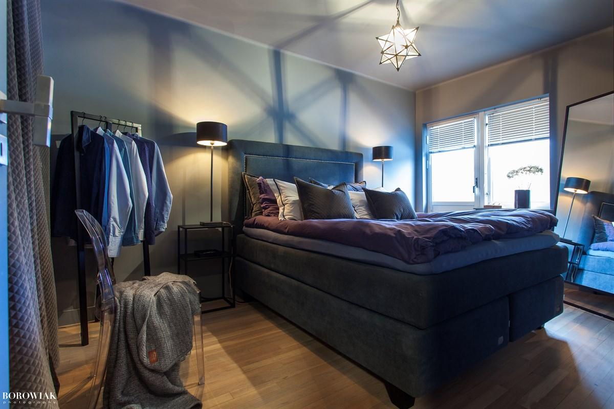 спальня кровать изголовье жалюзи одежда