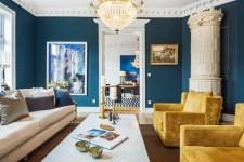 гостиная лепнина люстра диван столик кресла печь