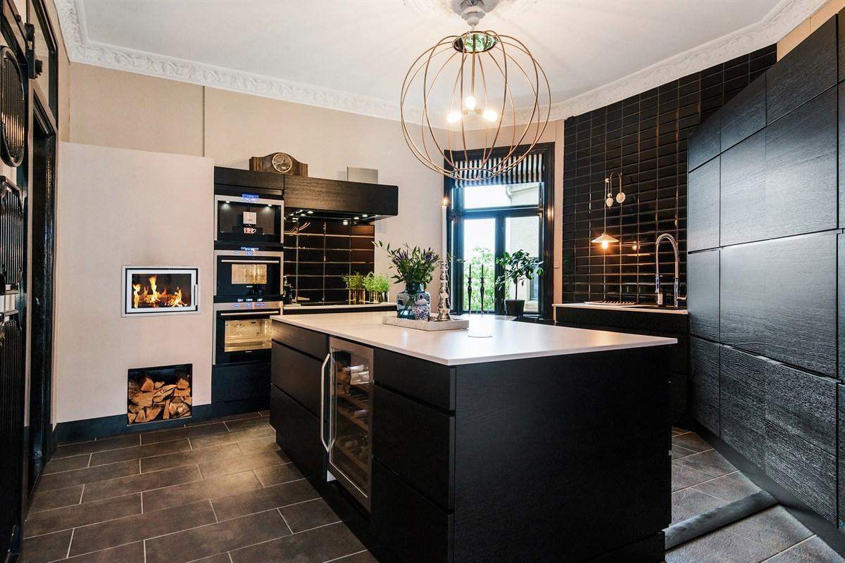 кухонный остров темная кухня светлая столешница