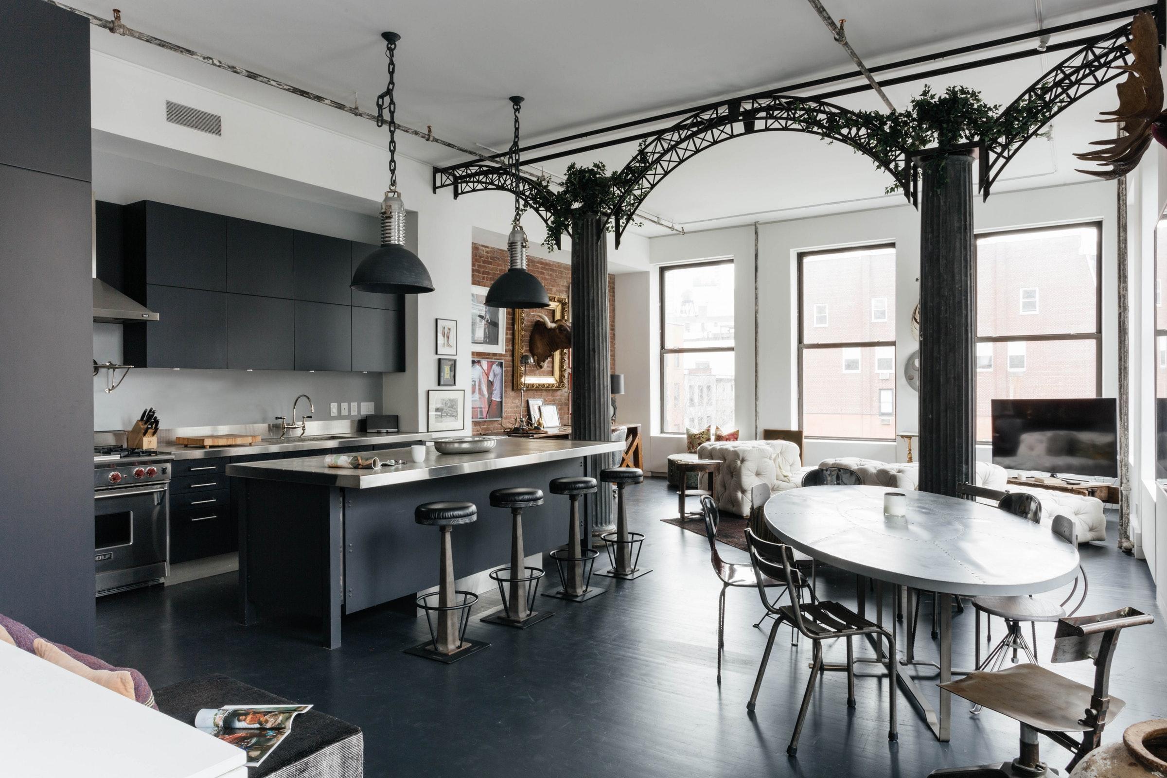высокий потолок темная кухня кухонный остров