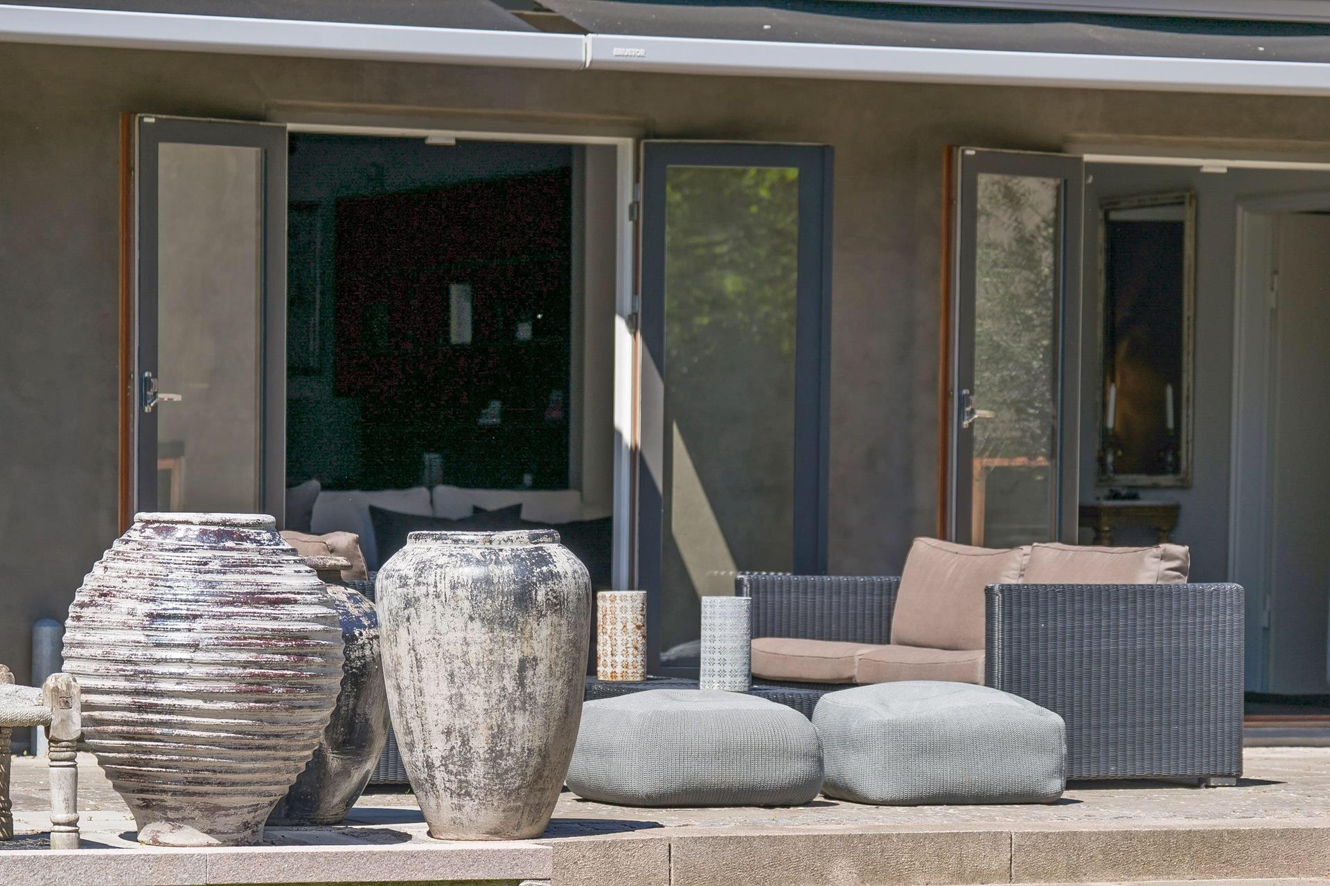 терраса уличная садовая мебель вазы ступени