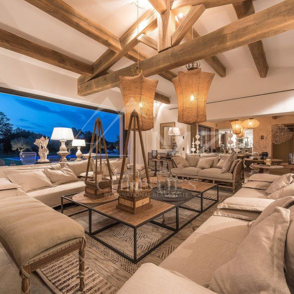 гостиная диван журнальный стол детали высокий потолок балки лампы