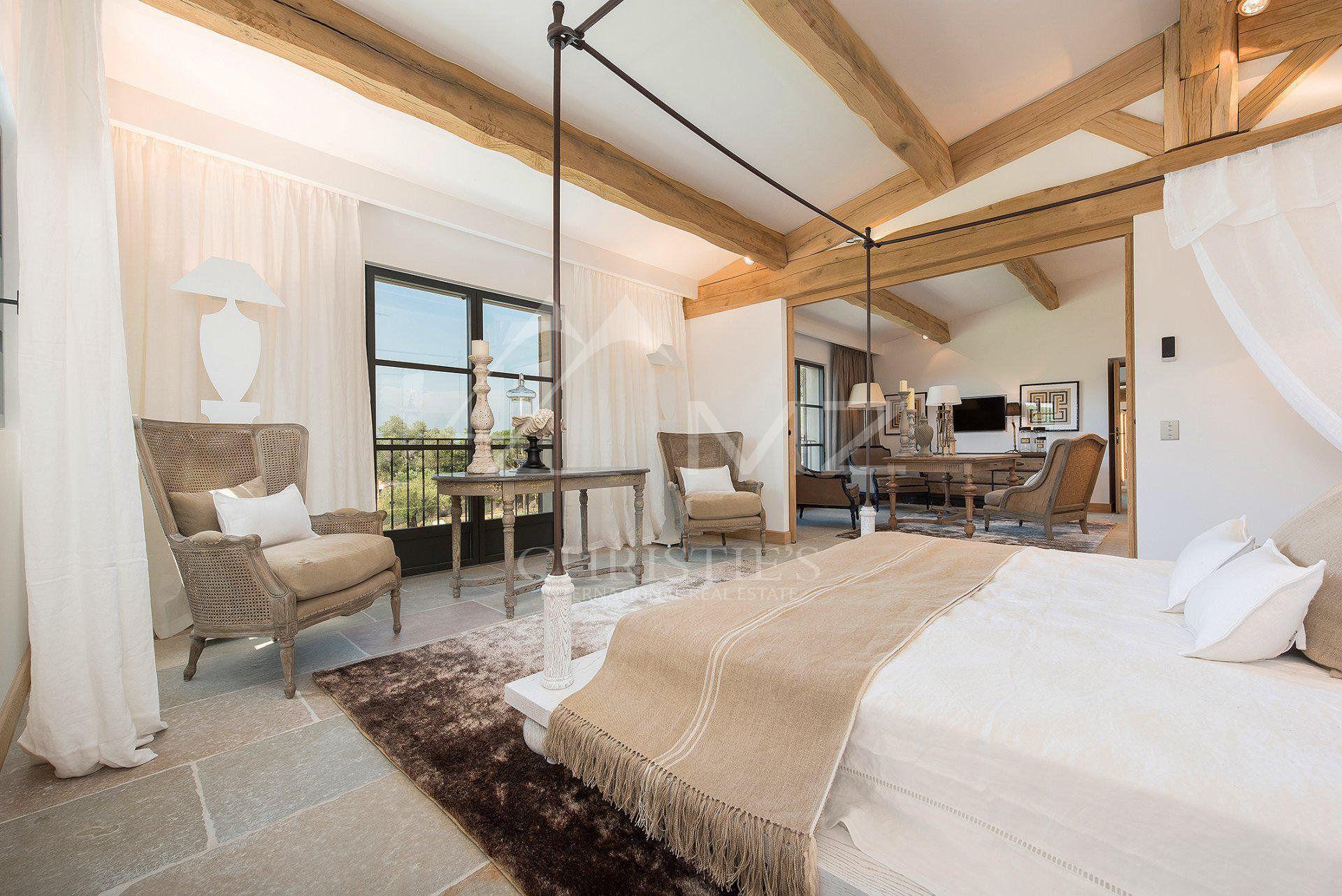 Спальня кровать кресло балки