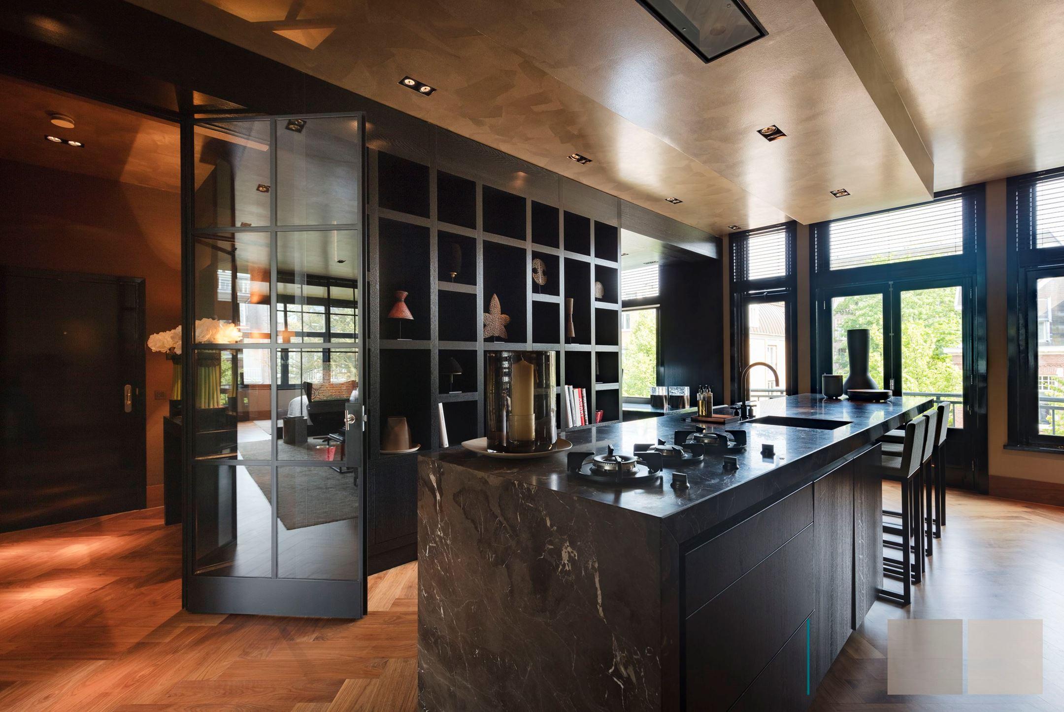 темная кухня кухонный остров сварная стеклянная дверь