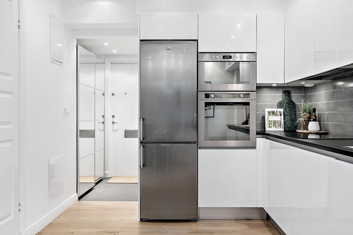 белая кухня встроенная техника холодильник