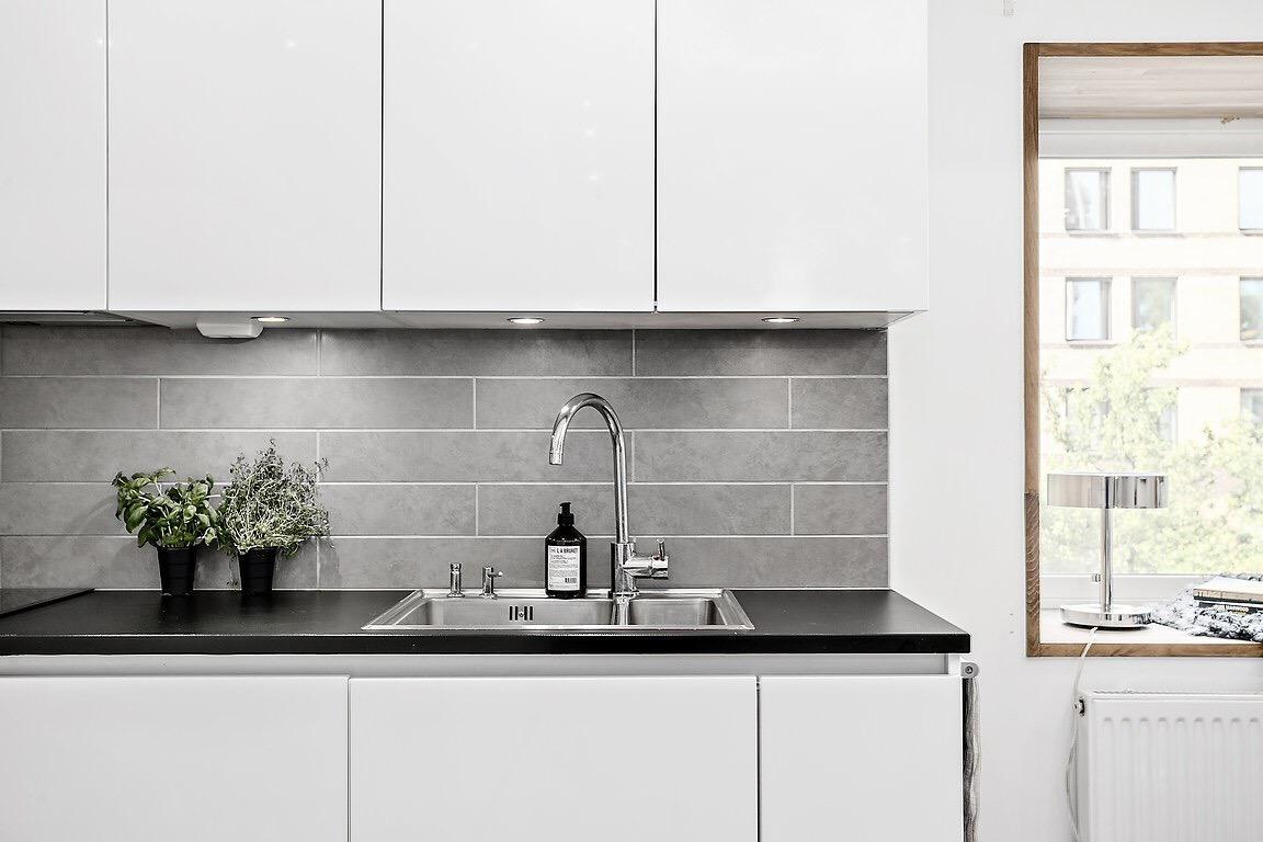 белая кухня плитка столешница мойка кран