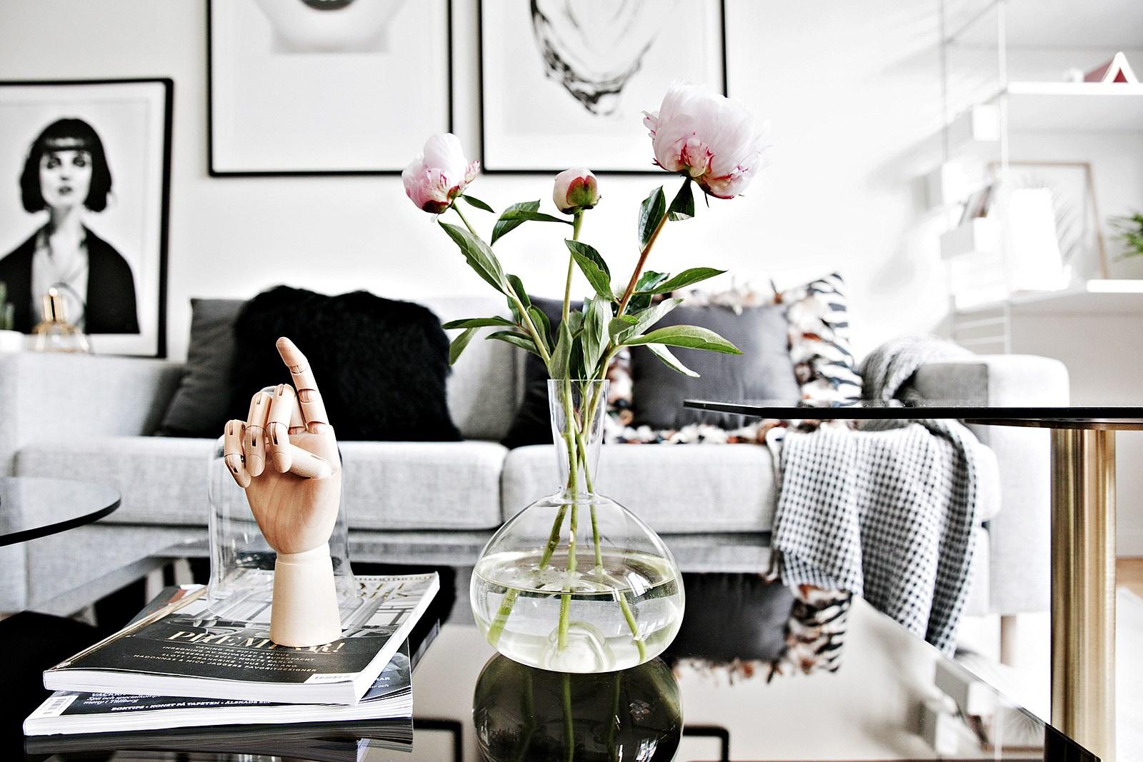 диван подушки столик ваза