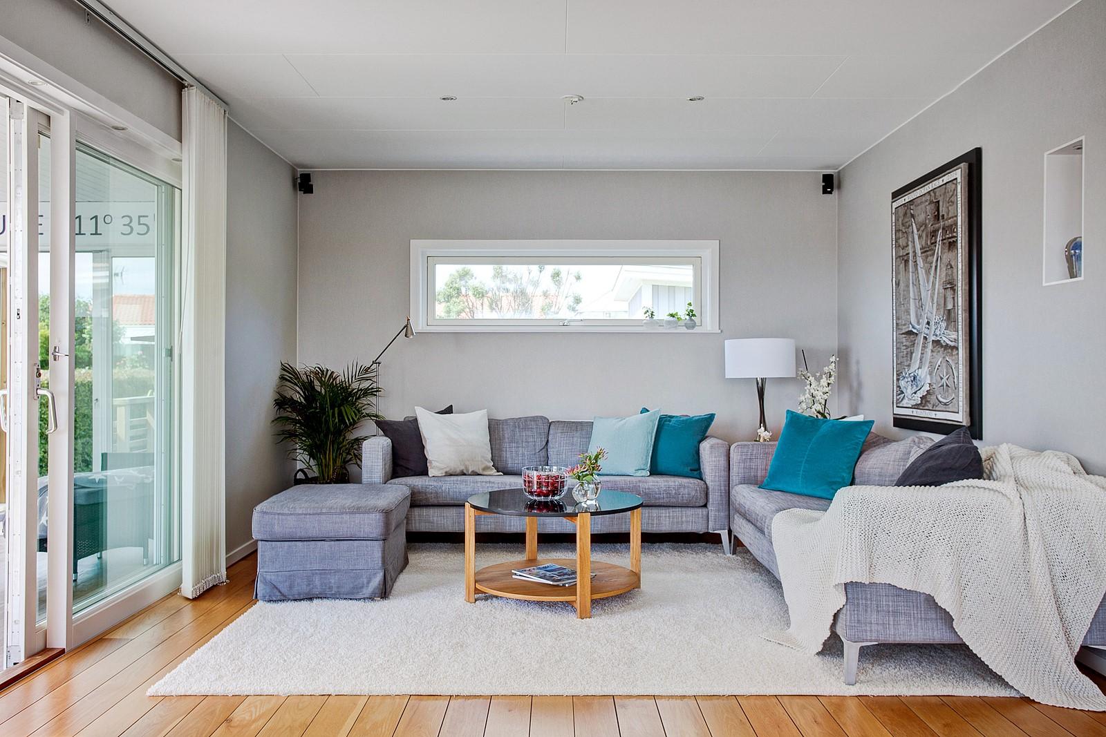 комната с выходом на террасу диваны