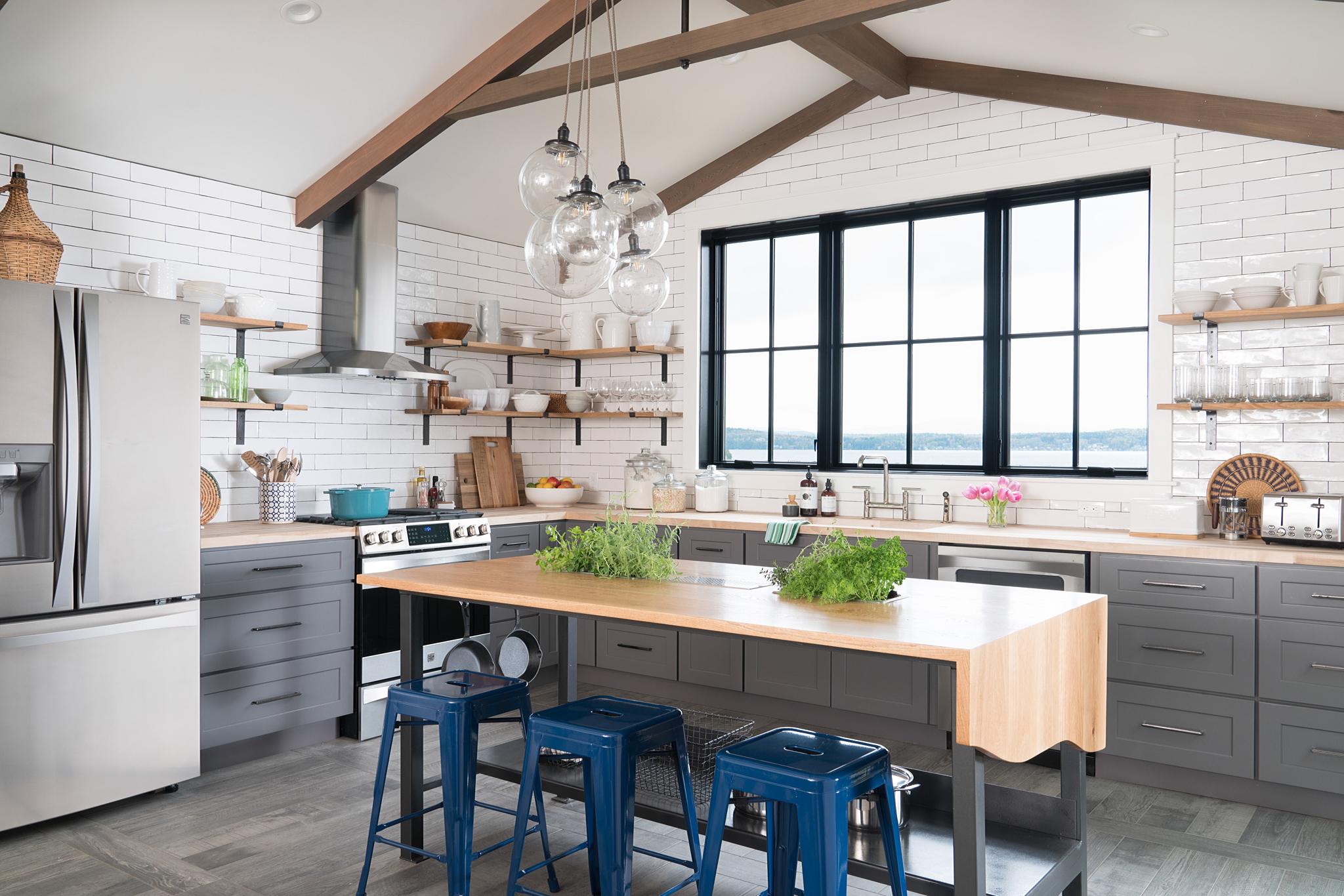 кухня высокий потолок балки стол стулья tolix