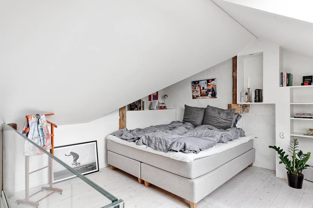 спальня кровать мансарда