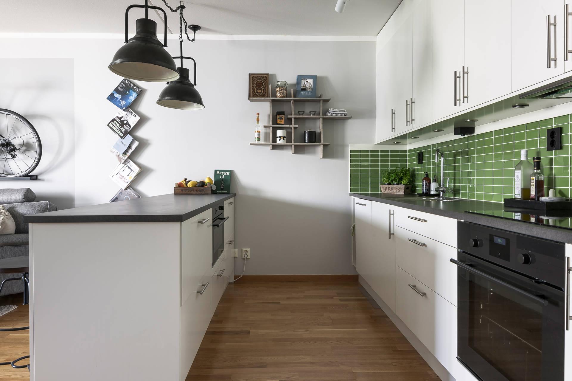 кухня остров лампы зеленая плитка