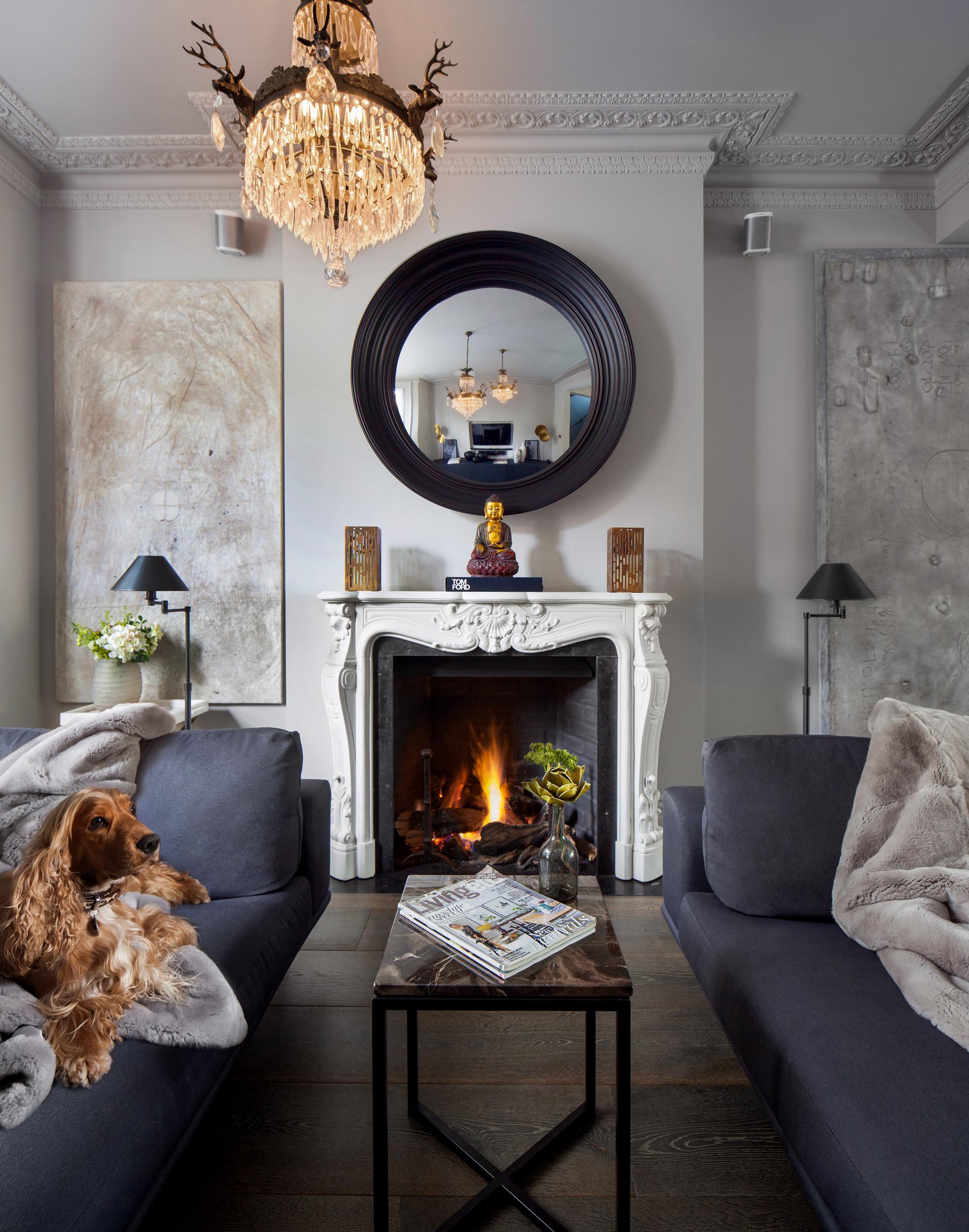 гостиная камин зеркало диван столик